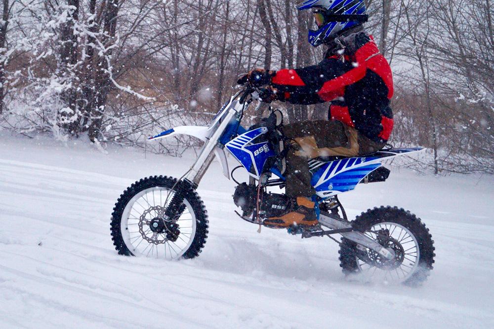 Кататься на питбайках зимой весело, но опасно. Фото: группа «Прокат мотоциклов в Саратове» во Вконтакте