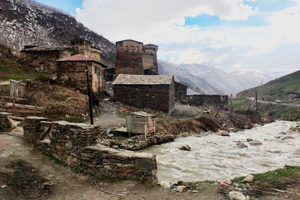 Каменные строения в Ушгули