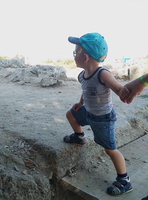 Зато сын с удовольствием изучал объекты и перекладывал камни