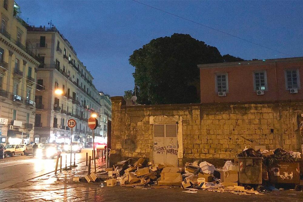 Свалка на Гарибальди — обычный вид в Неаполе
