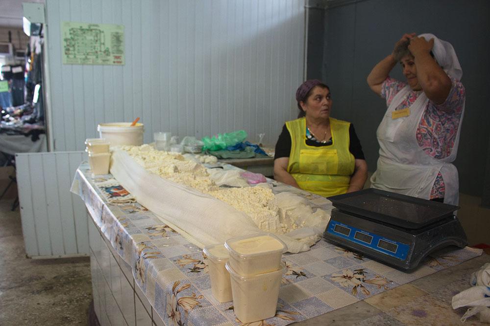 Сыр, сметану, творог фермеры продают на вес, без фирменной упаковки, но эти продукты в разы вкуснее магазинных. Цена — 200 р. за килограмм