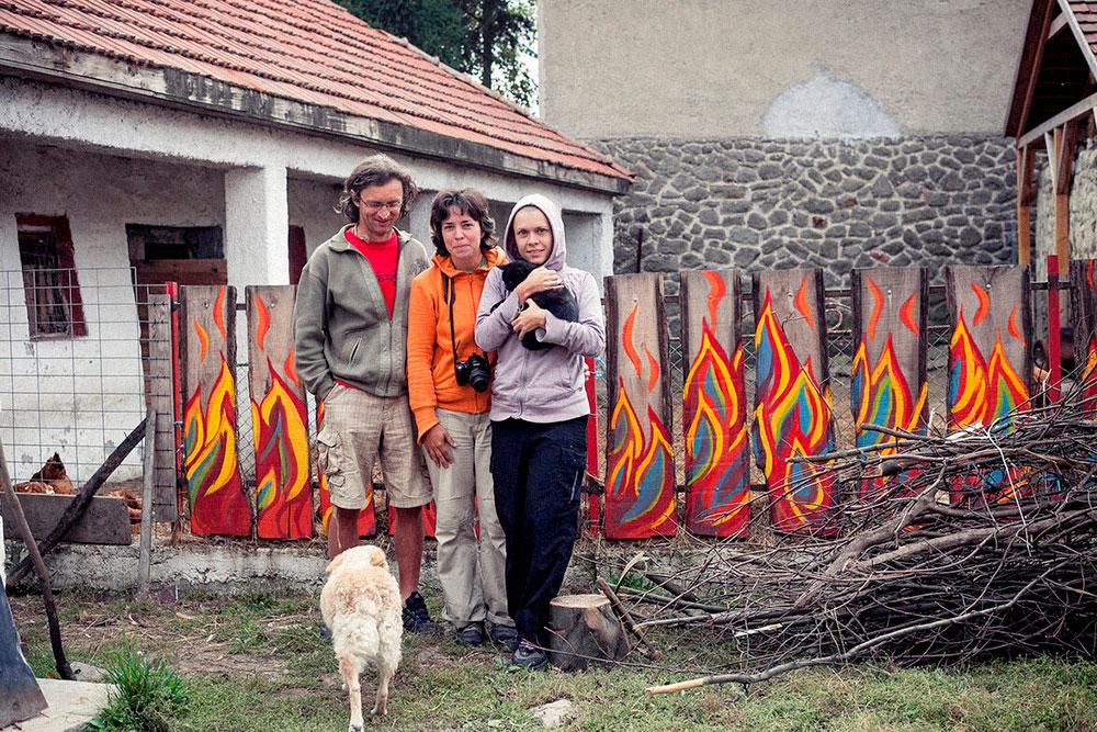 В Венгрии мы останавливались у хоста по имени Золтан. Он бросил жизнь в городе, завел несколько коз, собаку и кошку. Теперь сам печет хлеб, делает сыр и варенье