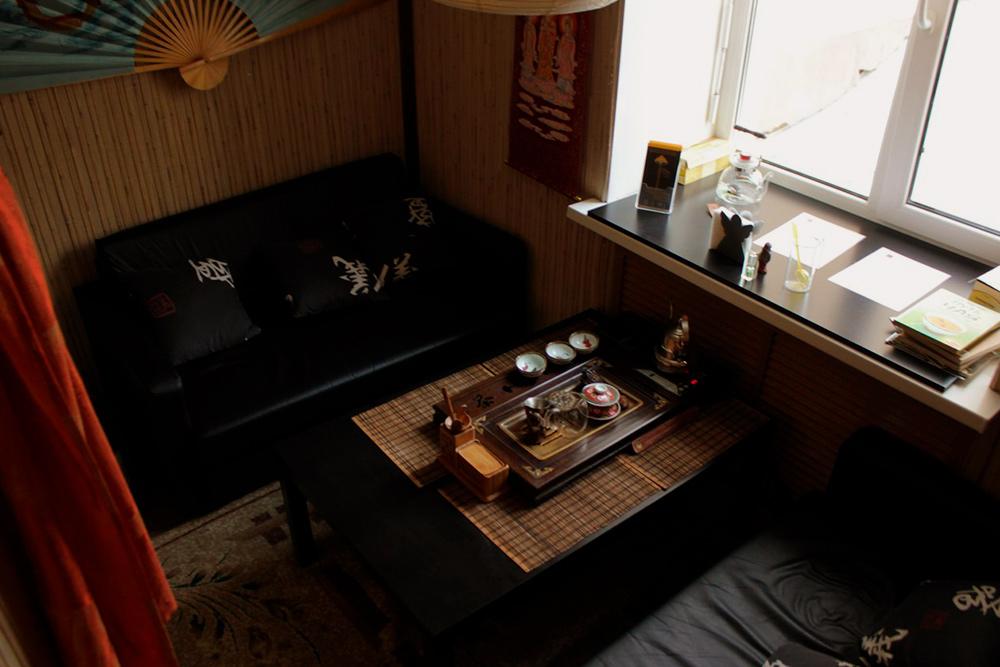 Новое помещение чайной и ее интерьер через полгода после открытия. Обстановка внутри стала проще, чем в первом заведении: нетакая пафосная, а душевная, даже ламповая. Постепенно добавляли винтерьер мелкие детали и экспериментировали сосвещением