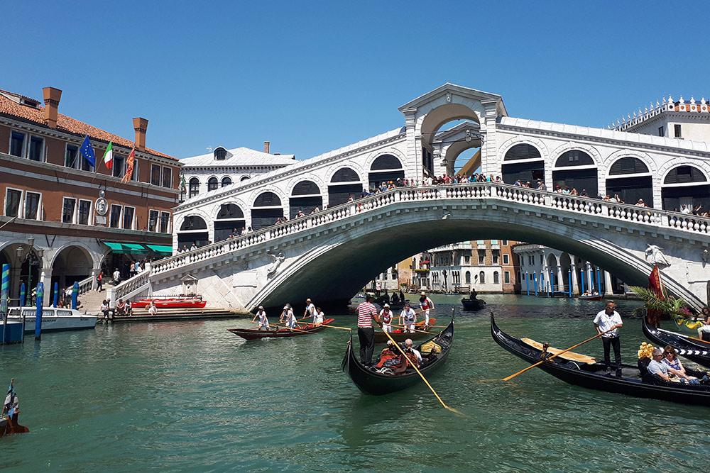 Гондолы у моста Риальто, первого моста через Гранд-канал