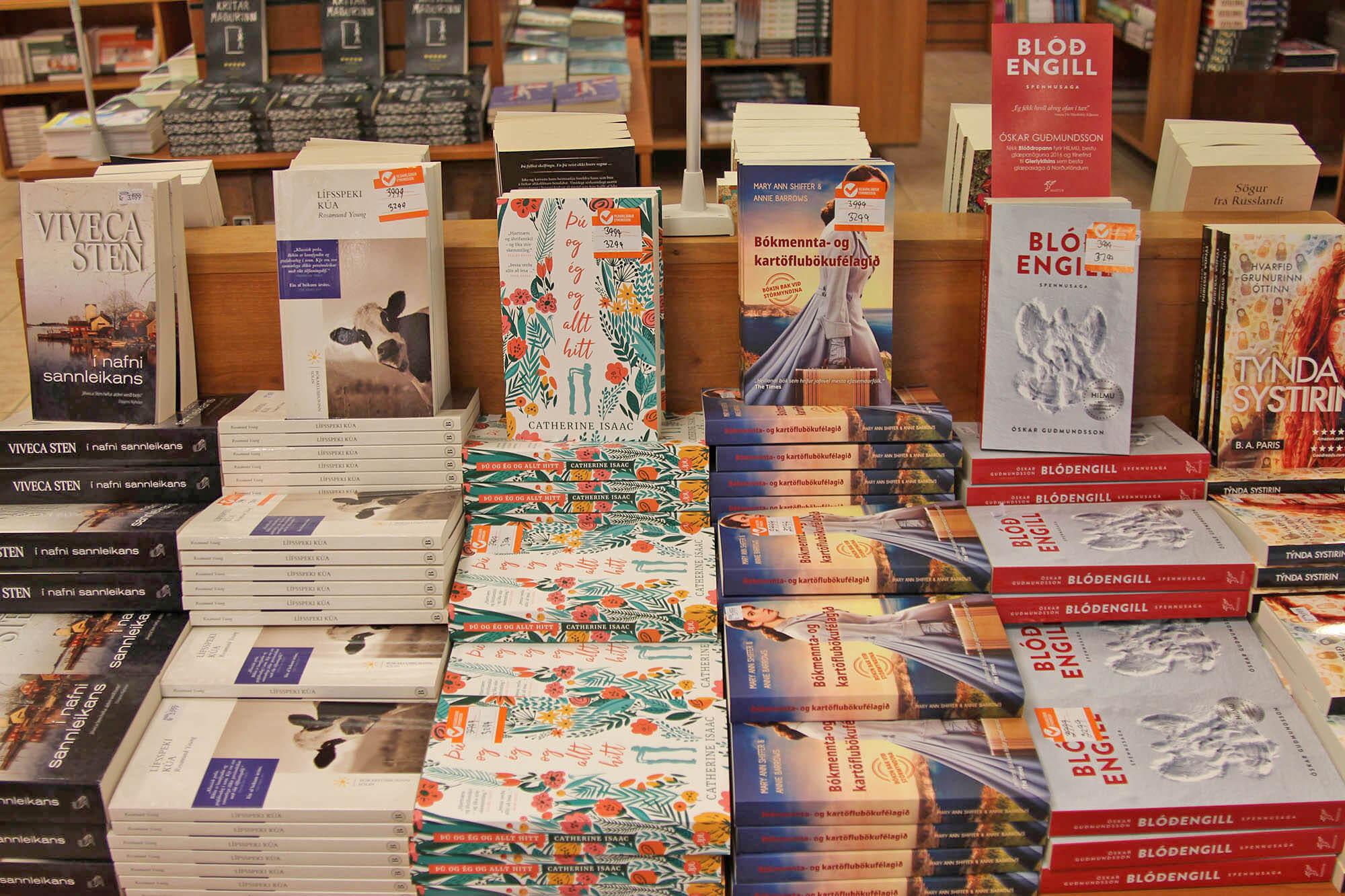 Иногда в книжном магазине бывают скидки, но редко