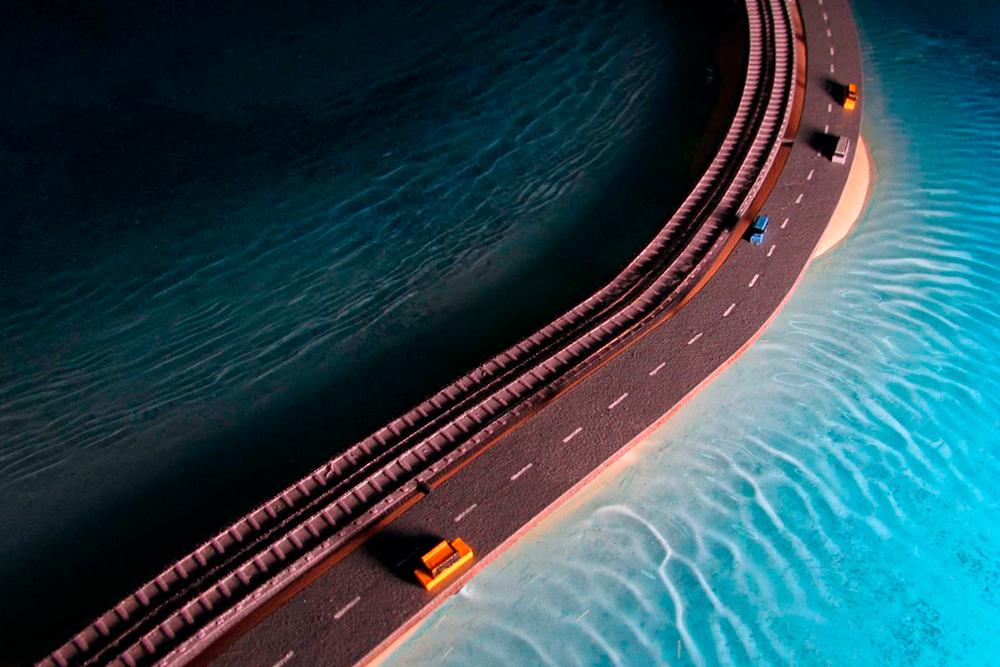 Макет города Керчь создавали в 2017году 1,5 месяца. Длянего сделали воду из эпоксидной смолы. На дне моря лежат затонувший корабль и самолет, которые видны на фотографиях