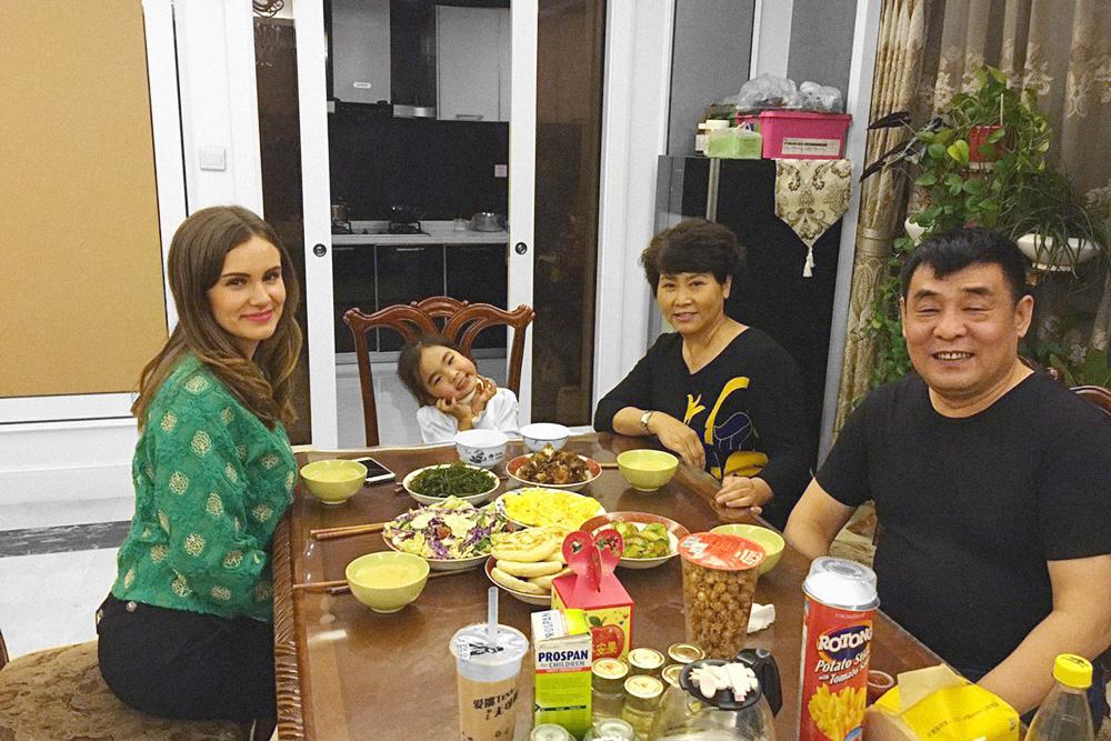 Я на ужине после урока с ученицей Эммой, ее бабушкой и дедушкой. Родители Эммы погибли в авиакатастрофе в Малайзии. Бабушка и дедушка продолжают работать, чтобы обеспечивать и растить внучку