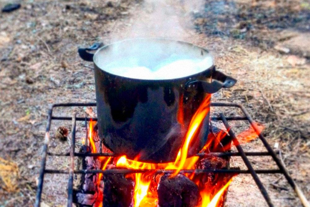 Кастрюля на «финской свече». Берем полено, делаем в нем пропилы — какбудто режем торт — и поджигаем. Горит несколько часов