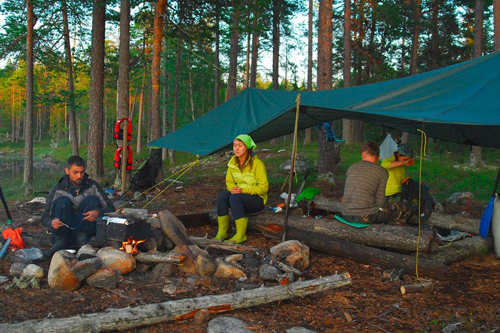 Лагерь с натянутым тентом