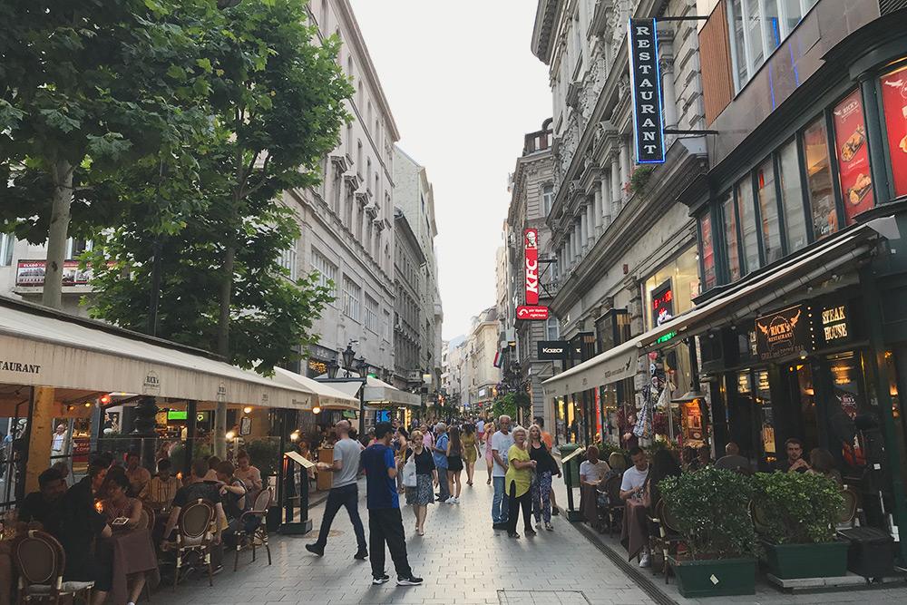 Самая шумная улица пятого района — Ваци (Váci), но уже на соседних улицах тихо и уютно