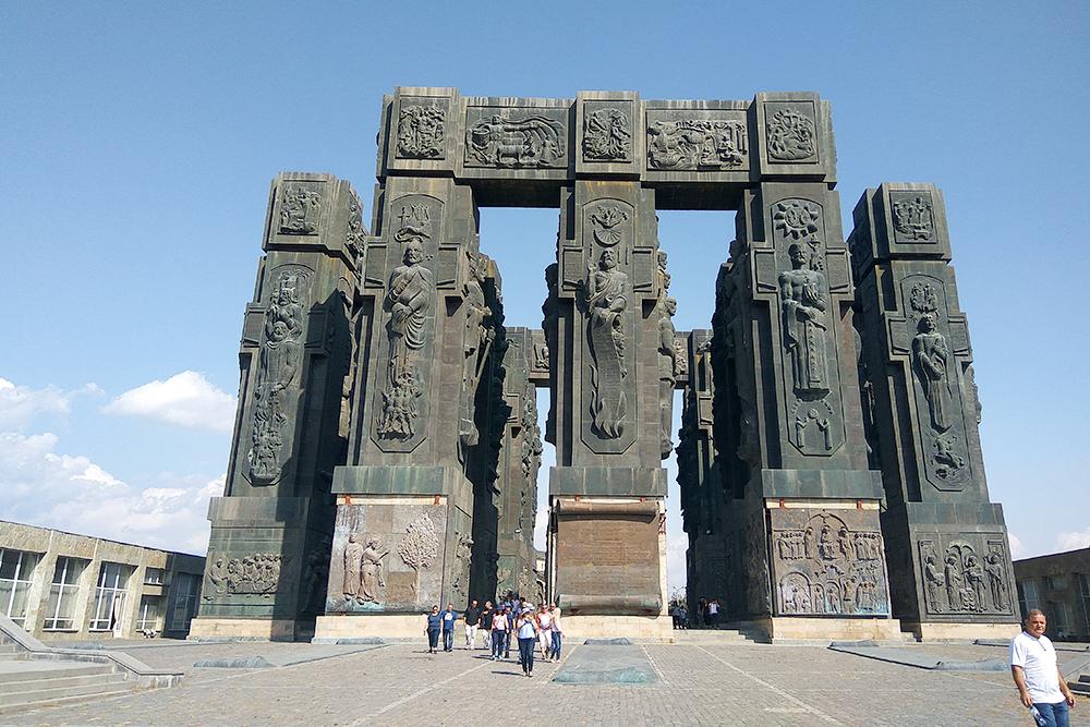 «Летопись Грузии» — монумент на горе Кеени над Тбилисским водохранилищем. Его начали строить еще в советское время, а закончили в 2009 году. Сейчас реставрируют