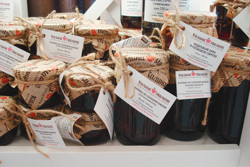 Колбасы, варенье и сладости от местных фермерских хозяйств можно купить в «Калине-Малине». Я не любитель авторских лакомств, березового сока или варенья из сосновых шишек, но сырокопченые колбаски собственного производства прекрасны