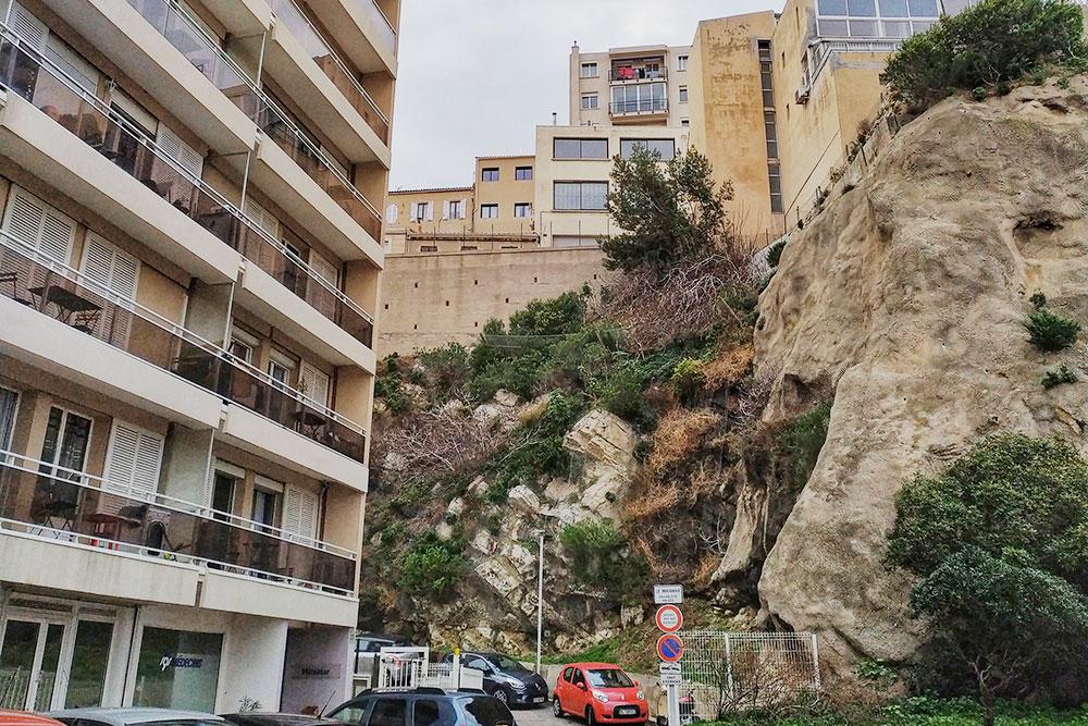 Жилые дома в центре Марселя, в 100 метрах от дома — морское побережье