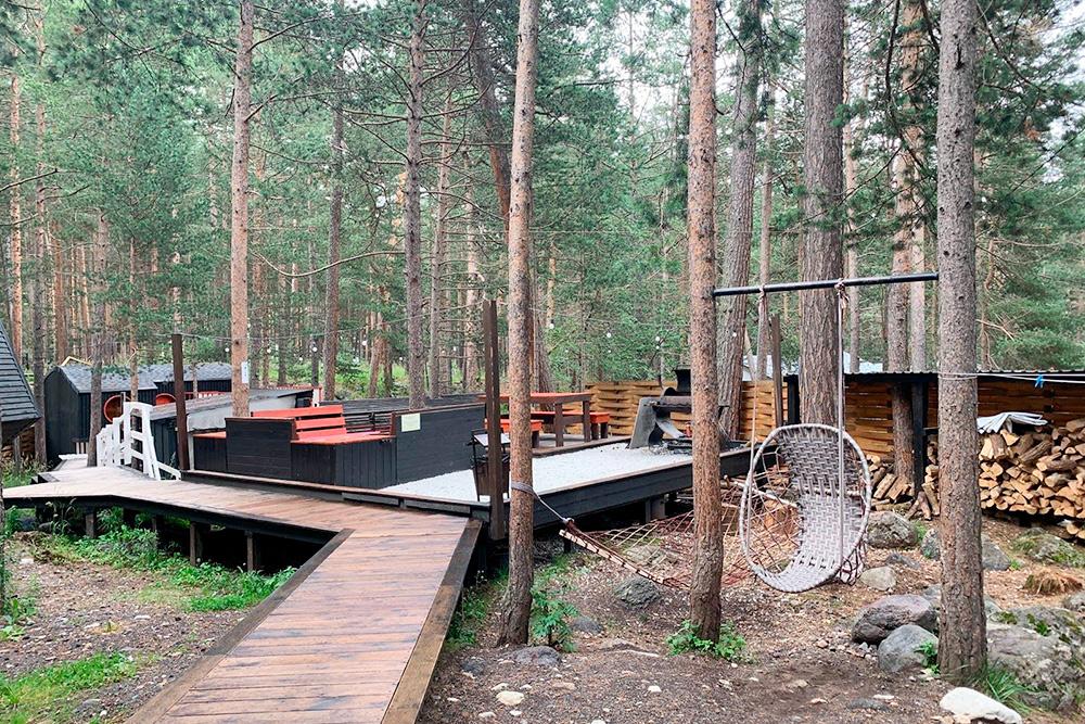 Дворик хостела. Вокруг — сосновый лес