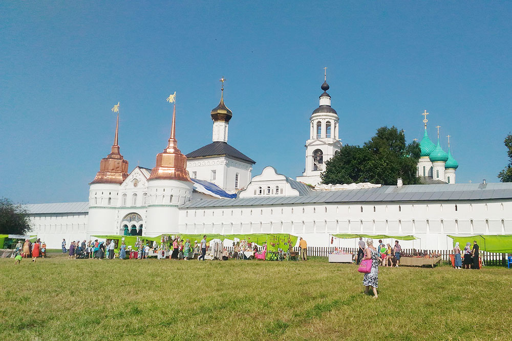 Толгский женский монастырь. В дни открытия кедровой рощи здесь проходит ярмарка — продают местные поделки, украшения, натуральный мед и чай