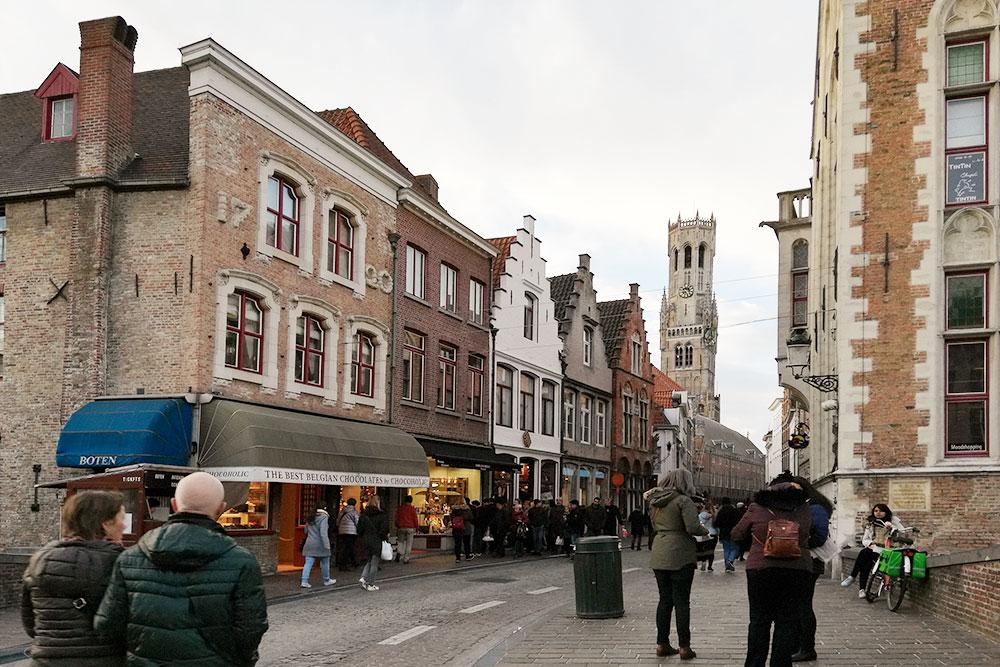 В Брюгге красивая архитектура, много уютных улочек и мостов
