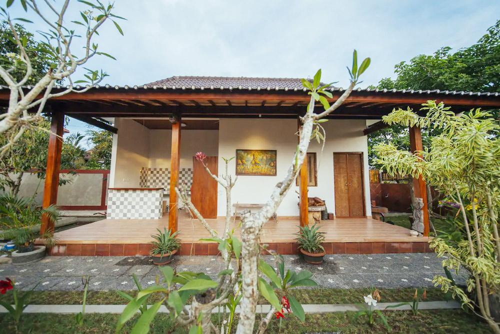 Дом с одной спальней, большим садом и уборкой три раза в неделю обошелся моим друзьям в 7 миллионов рупий (32 000 р.) на два месяца. Фото: «Эйр-би-эн-би»