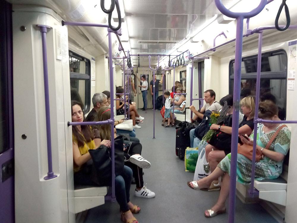 Людей в метро немного, даже в час пик