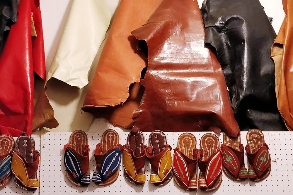 Лавка, в которой продается национальная мужская обувь ручной работы