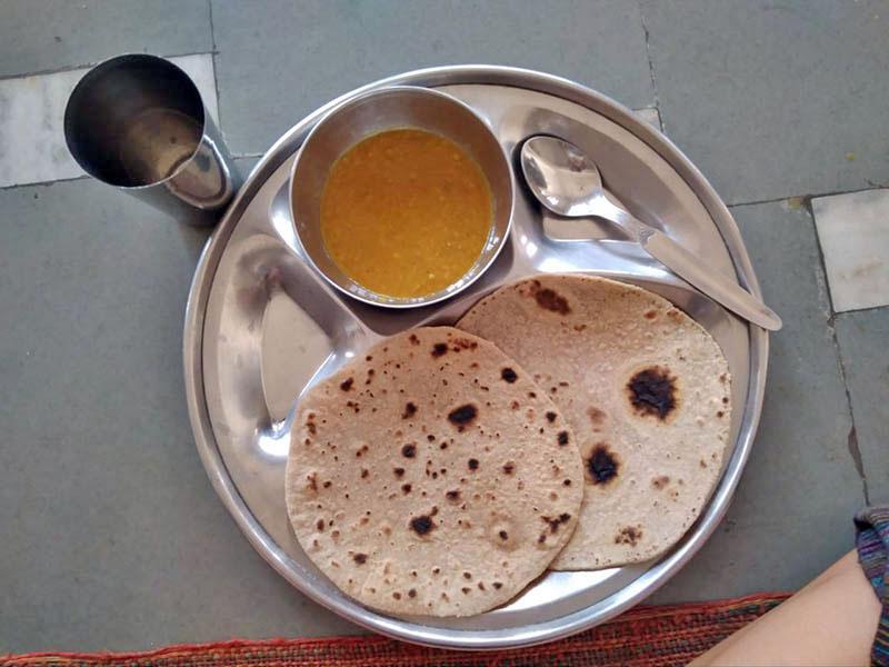 Лепешки, чечевичная похлебка и вода — вот чем кормят в сикхской столовой