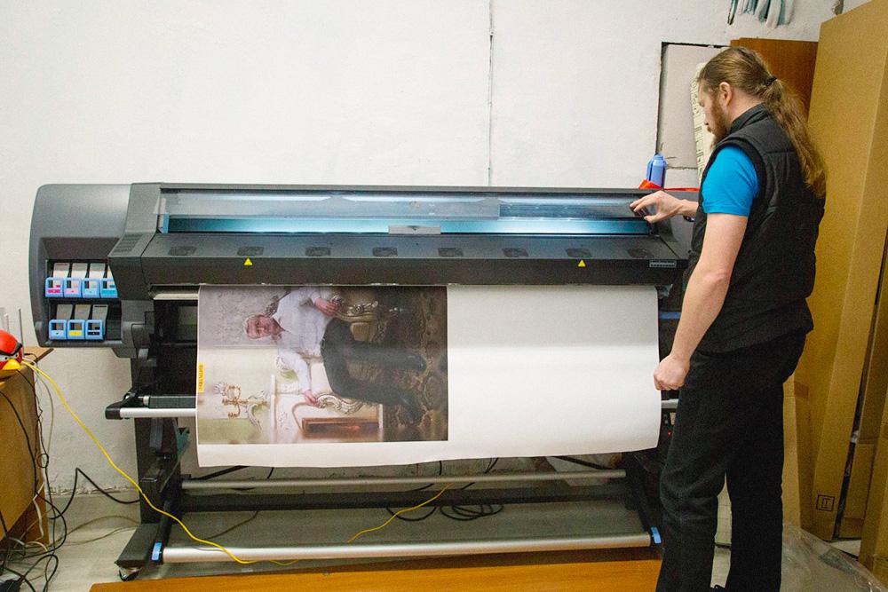 Сначала картины печатали на экосольвентном принтере — это дешево, но у картин химический запах и плохая цветопередача. Потом попробовали пигментный, у него качество получше. Со временем перешли на латексный — он на фото. Этот прибор дает лучшее качество