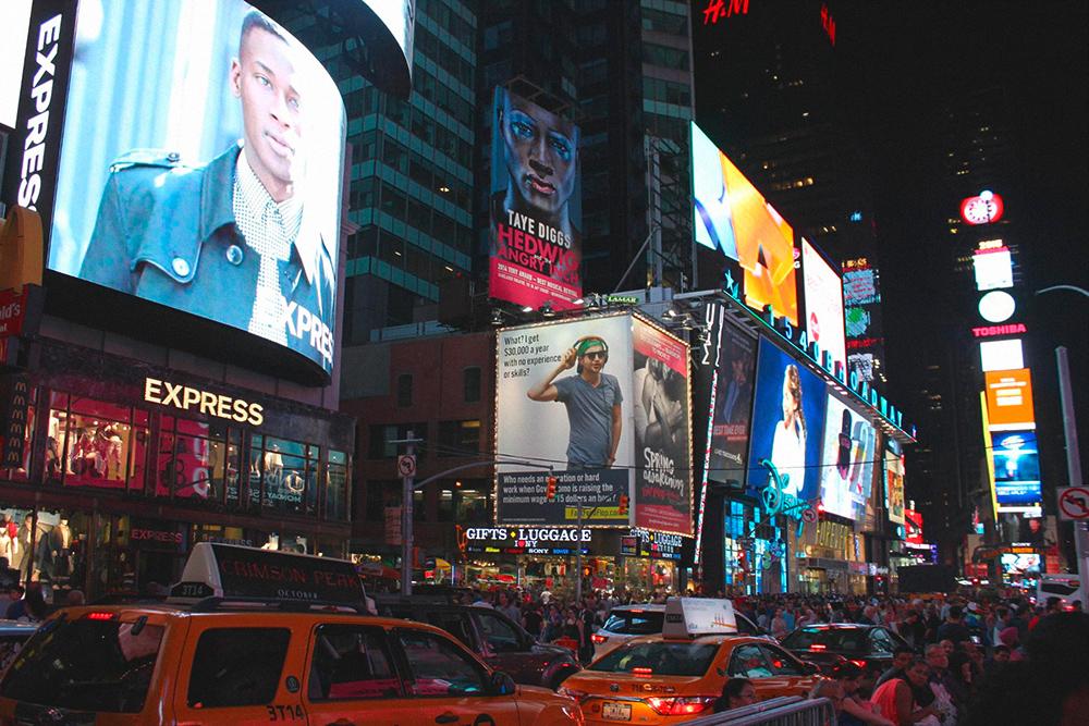 На Таймс-сквер всегда толпа туристов. Однажды я видела, как там снимали фильм. Группа зевак окружила площадку и пыталась сделать фото. Охранники и полицейские ничего не могли поделать