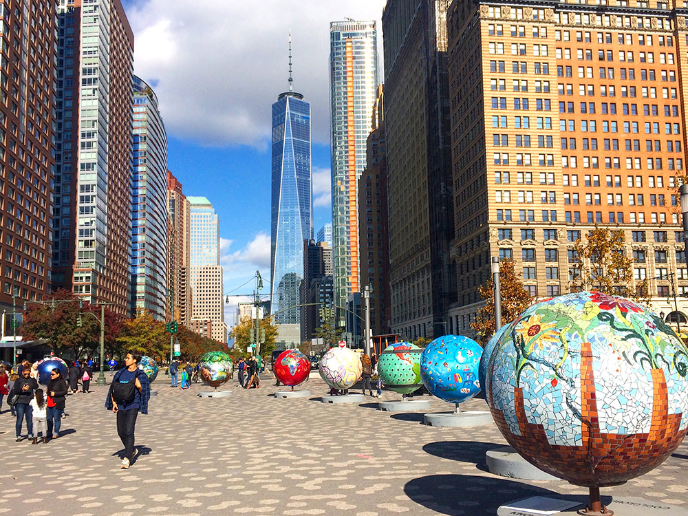 В Нью-Йорке не так много точек открытого доступа к вайфаю. Но недавно в городе появились мини-станции, с виду напоминающие рекламные билборды, у которых можно подзарядить телефон и бесплатно воспользоваться вайфаем