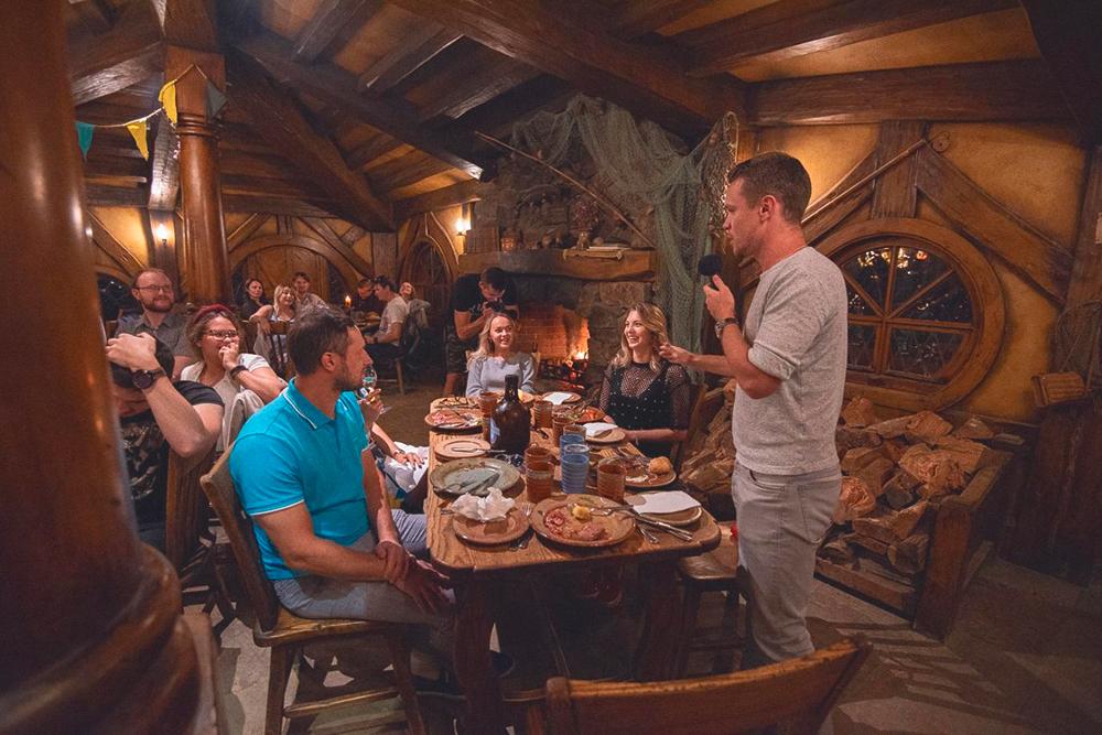 Корпоратив на пятилетие компании мы устроили в ресторане «Зеленый дракон» — его открыли на месте съемок «Властелина колец» в местном Хоббитоне