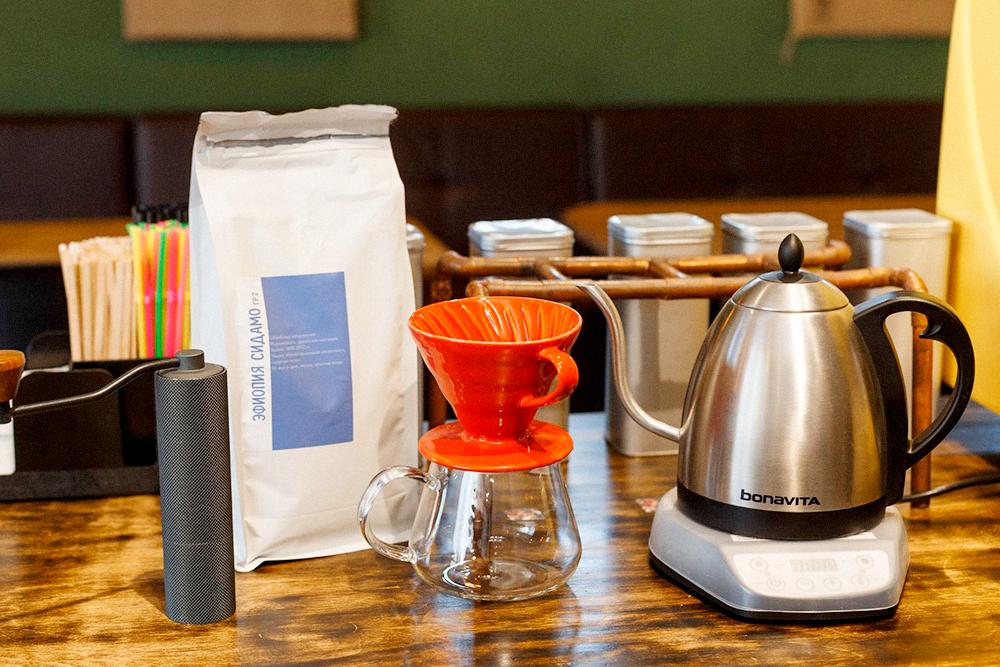После открытия докупили ручную кофемолку, чайник, воронку и бумажные фильтры дляальтернативного метода заваривания кофе — пуровер. В воронку с бумажным фильтром выкладываем молотый кофе и заливаем горячей водой. Вкус такого кофе сравним с эспрессо, но крепость легко регулировать — добавлять меньше или больше кофе на одну порцию. В нашем меню такой кофе называется просто «альтернативой»