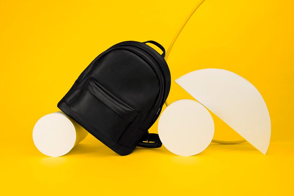 Округлый рюкзак появился вассортименте через два с половиной года. Его отшивают изкожи иэкокожи, ноунего сложнее конструкция, поэтому напроизводство уходит больше времени