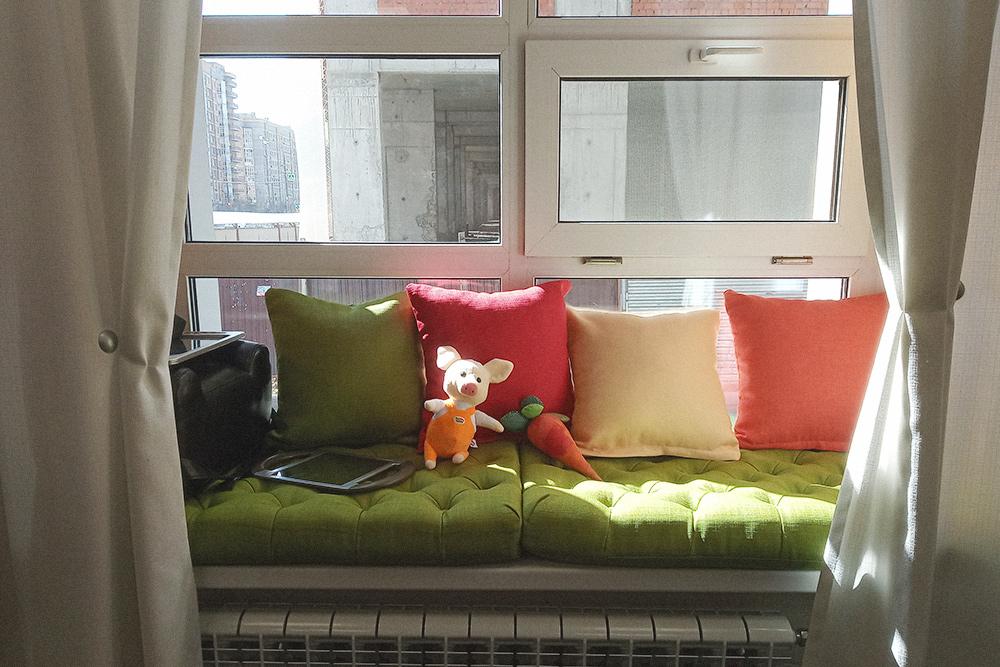 В студии на подоконниках лежат подушки. На лето — зеленые, на зиму — оранжевые. Сменные подушки можно былобы и не покупать