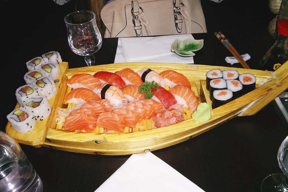 Так выглядят суши по купону за 20€ (1500 р.) вместо 47€ (3525 р.). На сайте, конечно, красивее, но все равно было вкусно