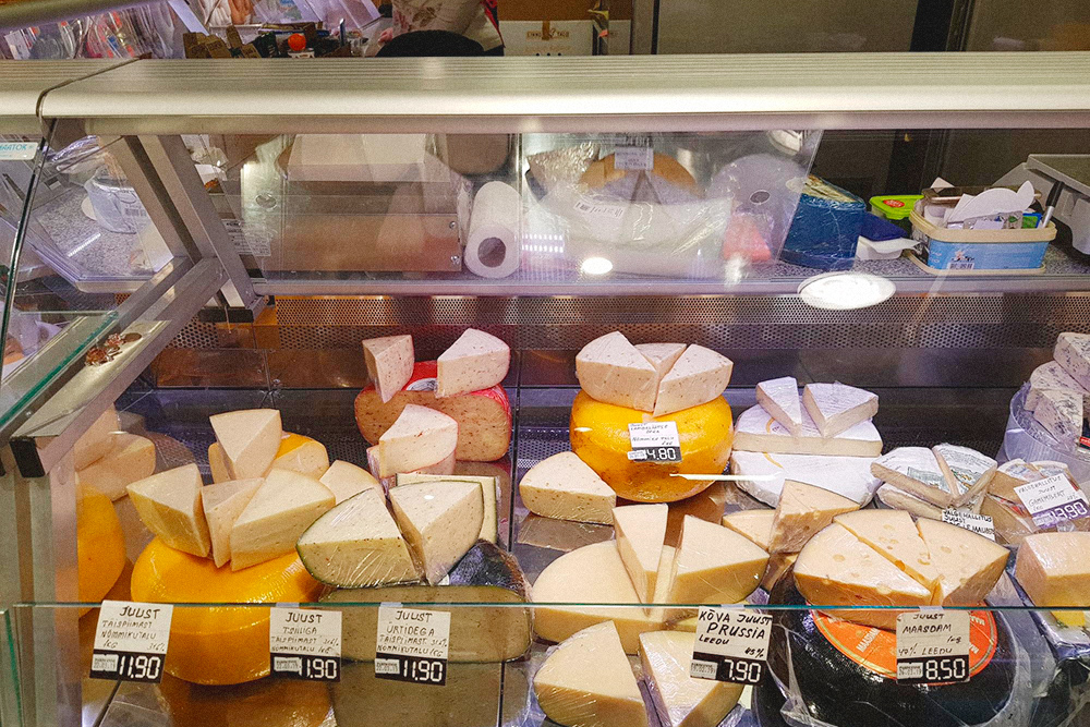 Эстонские сыры на рынке у Балтийского вокзала дешевле итальянских. Привозные сыры изИталии там стоят по 35€ за кг
