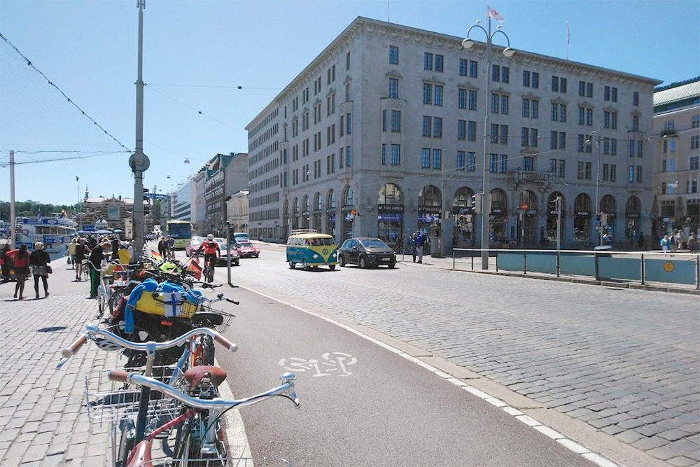 Велодорожка в центре Хельсинки отделена от проезжей части и пешеходной зоны и покрыта асфальтом
