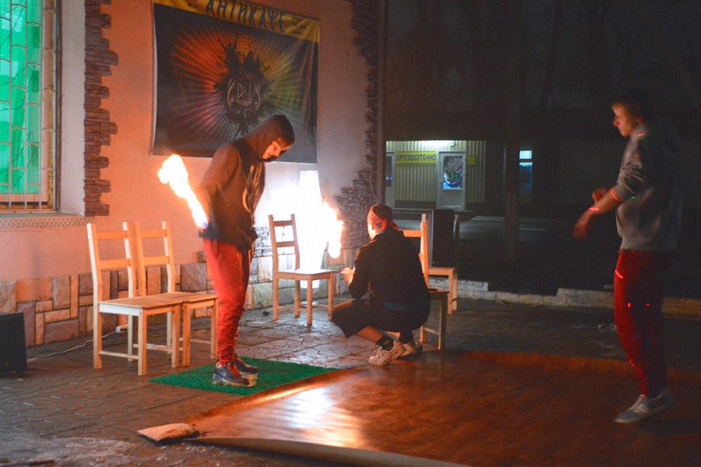 Огненное шоу на 14 февраля перед входом в первое помещение