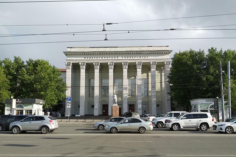 Педагогический университет. Перед входом — памятник Максиму Горькому