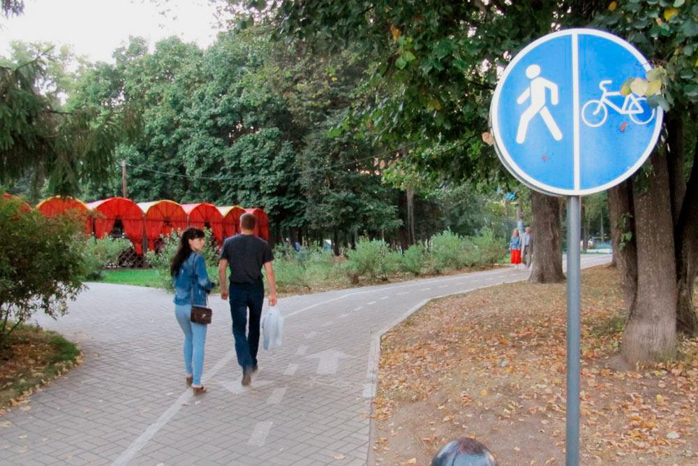 Велодорожки появились в центральном парке и на главном городском бульваре. С непривычки пешеходы часто гуляют по разметке