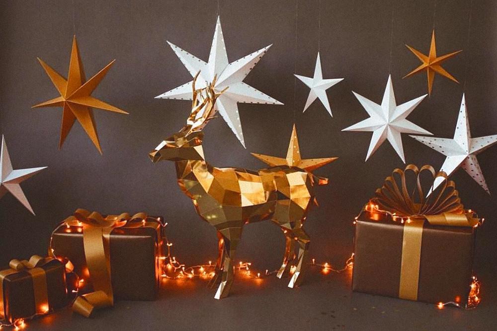 Самые популярные зимние заказы — полигональные олени и елки, льдины и кристаллы разной сложности и размеров. Бумага с зеркальным покрытием серебряного или золотого оттенка — тренд последних двух лет
