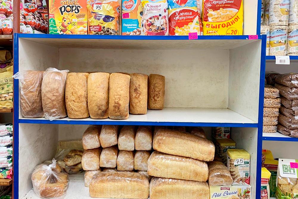 В магазинах Терскола большой выбор, но продукты хаотично разложены по всему помещению. Хлеб привозят как раньше в Центральной России — в ящиках и без упаковок