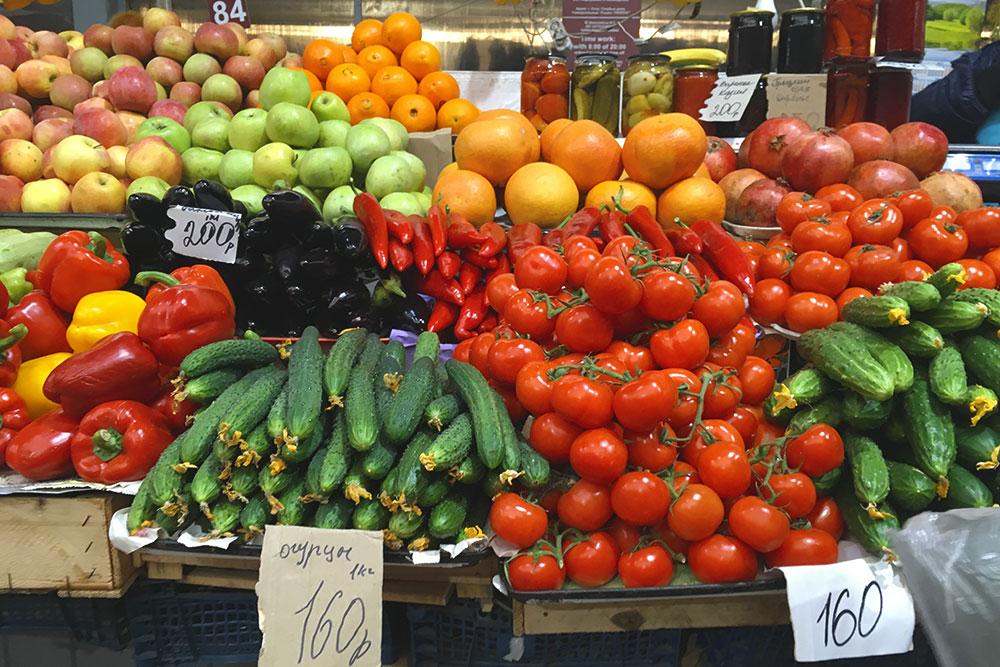 Летом огурцы и помидоры продаются на рынке по 30—40 рублей за кг. На фото цены марта 2019 года