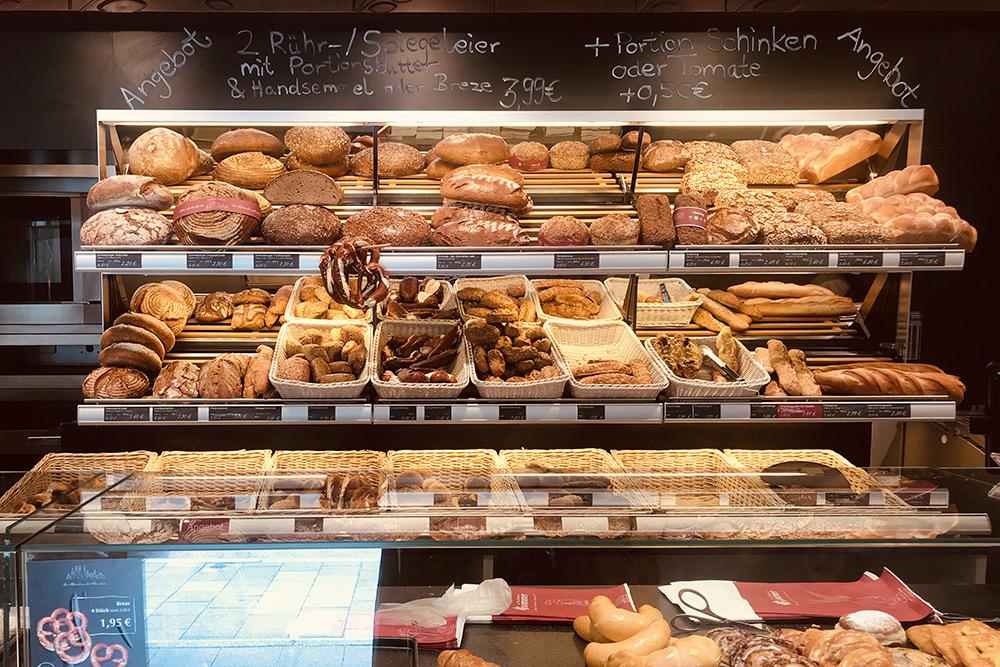 Прилавок с хлебом пополняется в течение всего дня, и аромат рядом с такими булочными стоит неописуемо манящий. В Москве я совсем не ела хлеб, а тут иногда покупаю свежую злаковую булочку или брецель