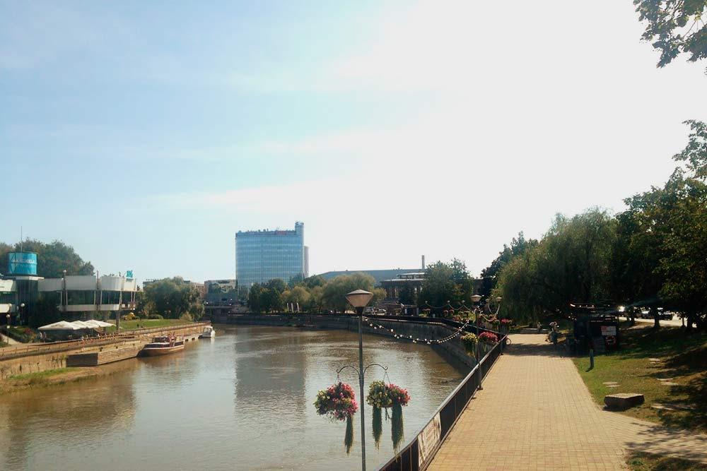 Набережная реки Эмайыги, на которой стоит Тарту. В высоком здании на заднем плане — отель и торговый центр с кинотеатром