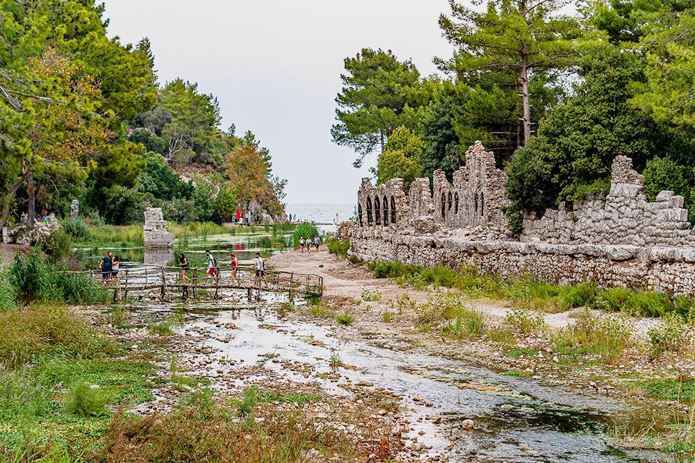 Развалины древнего города Олимпоса рядом с поселком