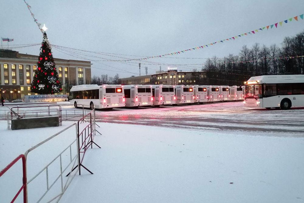 Город регулярно обновляет автобусный парк, передают транспорт обычно с помпой — на главной площади