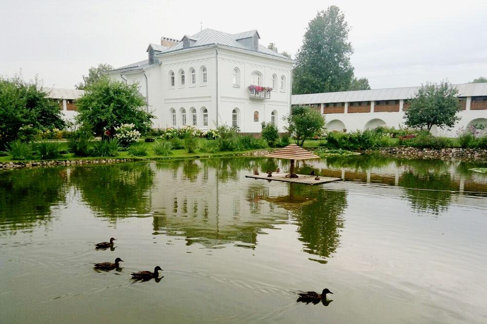 На территории Толгского монастыря есть сад и пруд с птицами