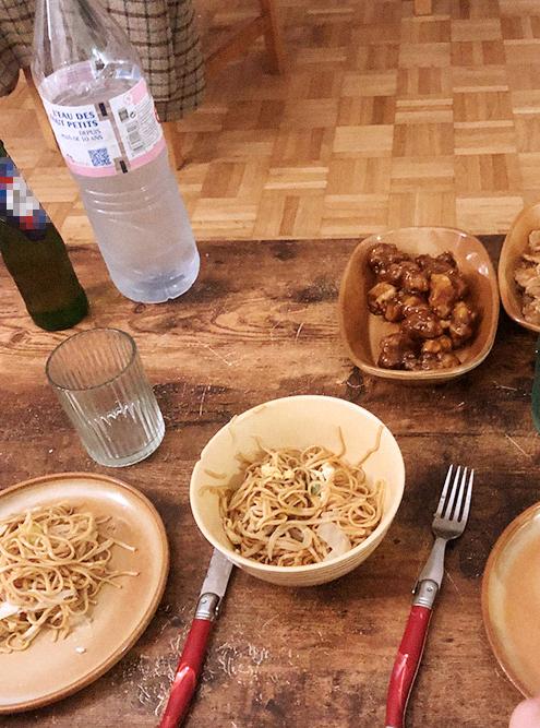 Взяли стандартный набор: лапшу, курицу в карамели и говядину в кисло-сладком соусе