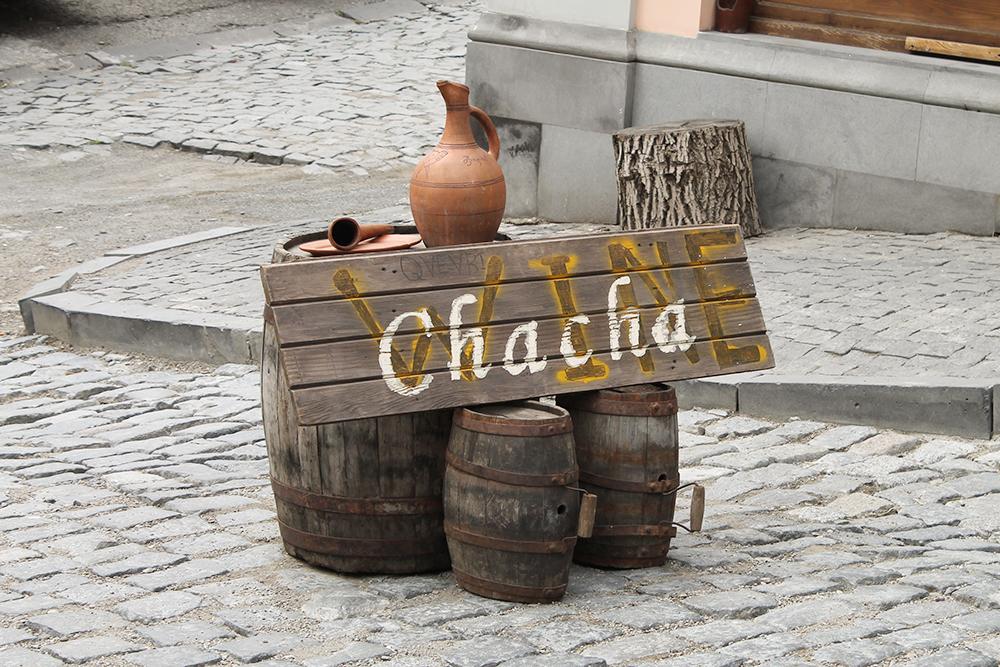 Вместо обычного рекламного стенда в Тбилиси стояли бочки с надписью «Вино и чача». Чача — грузинский алкогольный напиток из винограда, ее крепость — 55—60%