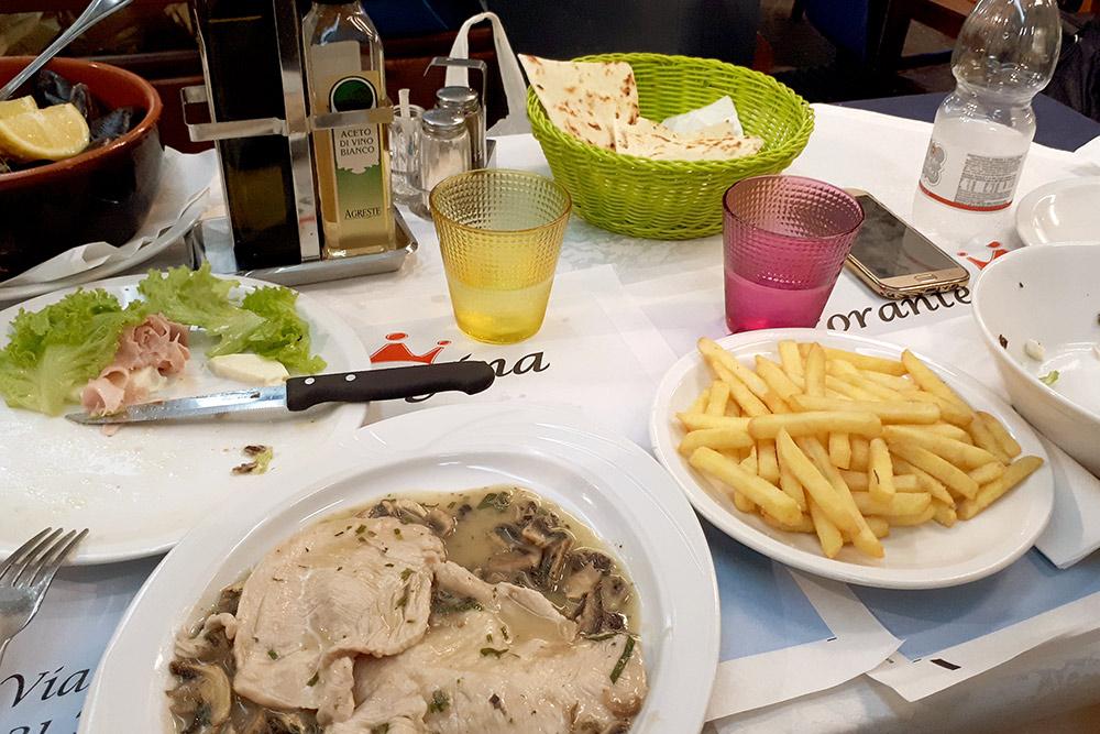 Ужин в Римини с горячим, салатами, мидиями, картошкой-фри и водой за 24€ (1810 р.)