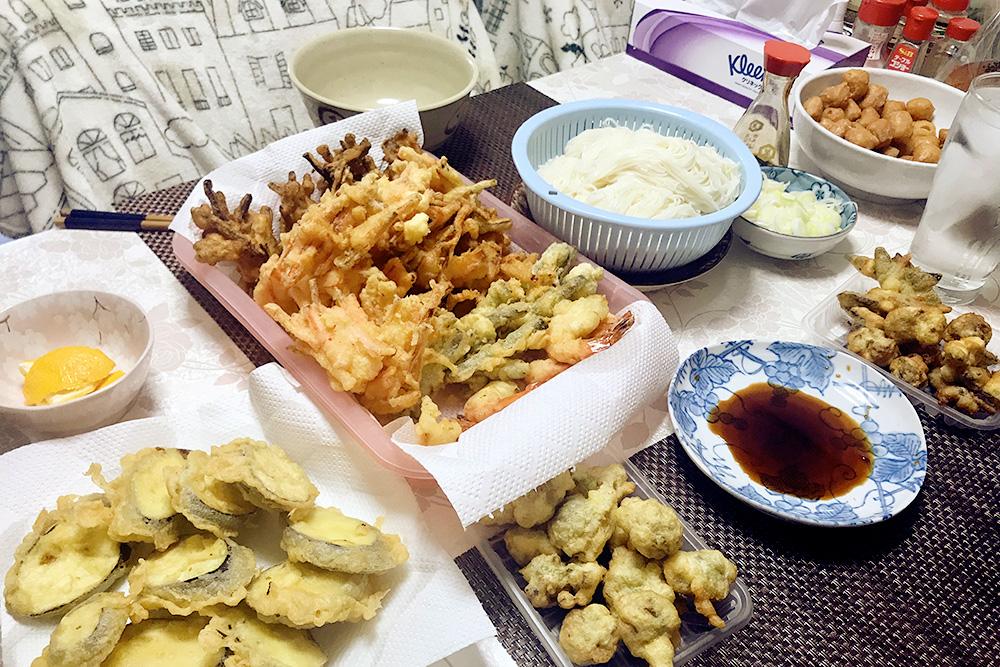 Типичный японский ужин: овощи в темпуре и тонкая пшеничная лапша с бульоном