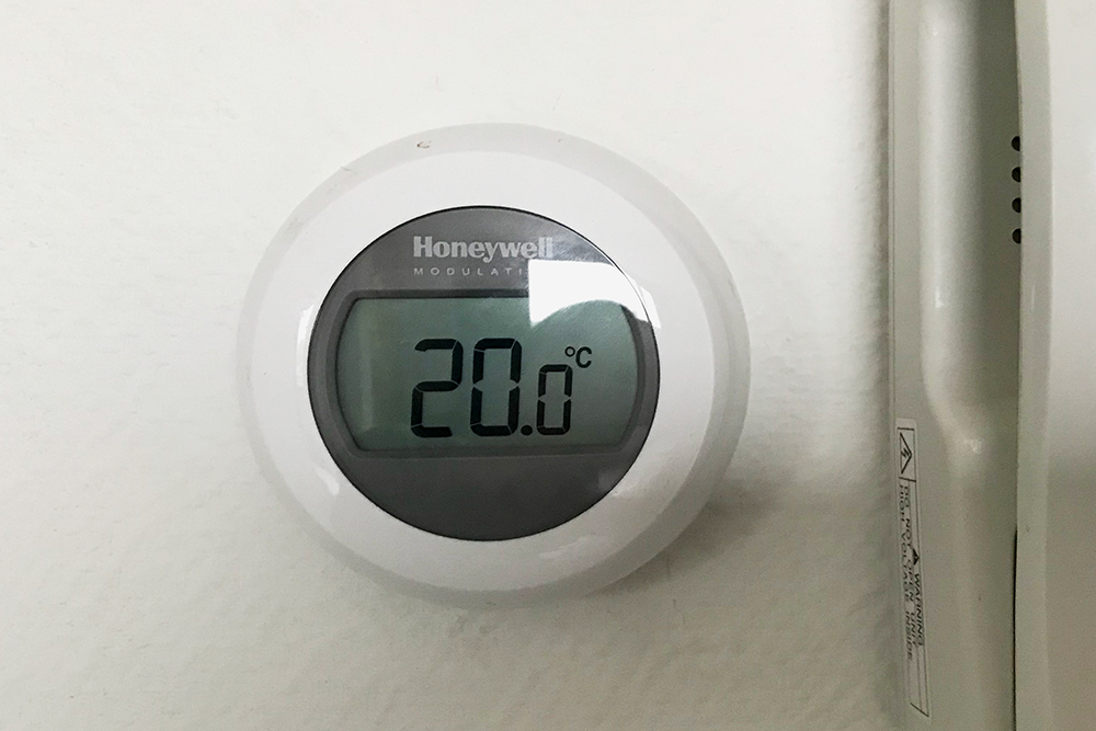 Так выглядит термостат, которым мы регулируем температуру в квартире